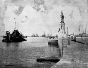 Vue du canal de Suez, avec à droite la statue de Ferdinand de Lesseps