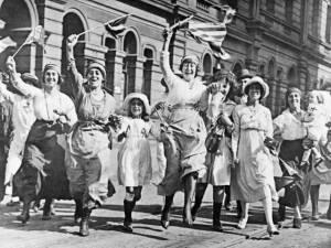 Des femmes furieuses contre l'armistice manifestent à Paris